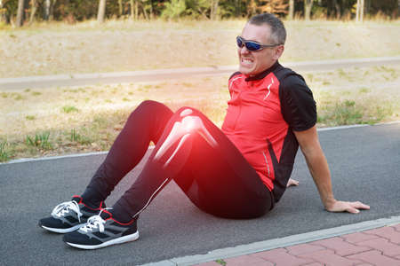 Runner knieblessure en pijn met botten zichtbaar Stockfoto