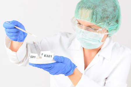 riesgo quimico: Investigador presentar conservantes sustancias que se añaden a los productos tales como alimentos, productos farmacéuticos, pinturas, muestras biológicas, madera, etc.