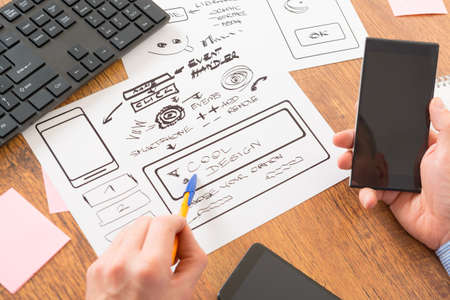 デザイナーの新しいモバイル アプリケーションでの作業 写真素材 - 47682650