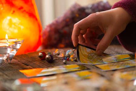 Wahrsagerin hält Tarot-Karte Standard-Bild