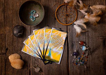 Tarotkarten und anderes Zubehör der Wahrsagerin Standard-Bild