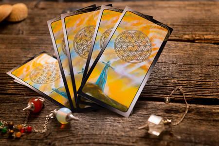 astrologie: Tarotkarten und anderes Zubehör der Wahrsagerin Lizenzfreie Bilder