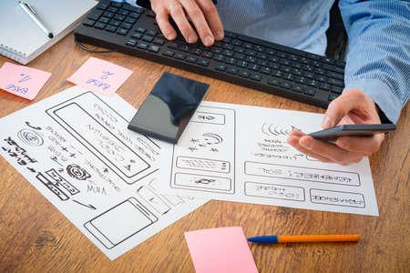 Designer arbeiten an neuen mobilen Anwendungen Standard-Bild