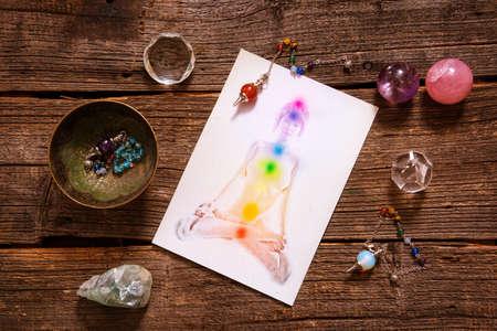 Czakry zilustrowana ludzkiego ciała z naturalnymi kryształami i wahadła Zdjęcie Seryjne