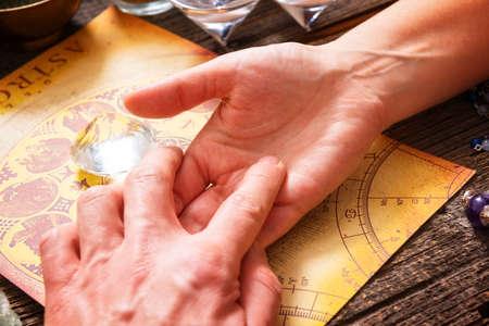 astrologie: Foretelling die Zukunft durch die Studie der Palme und Astrologie Lizenzfreie Bilder