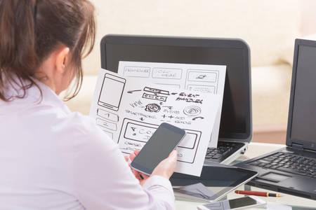 Ontwerper werken op nieuwe mobiele toepassingen