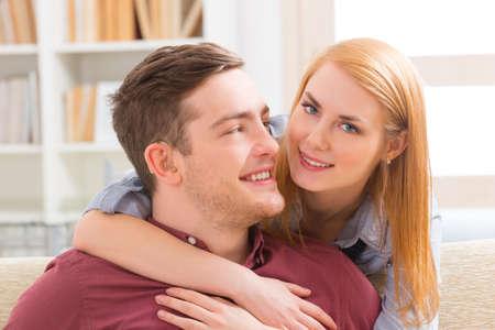 mujer joven amante de su hombre deficiencia auditiva sonriendo
