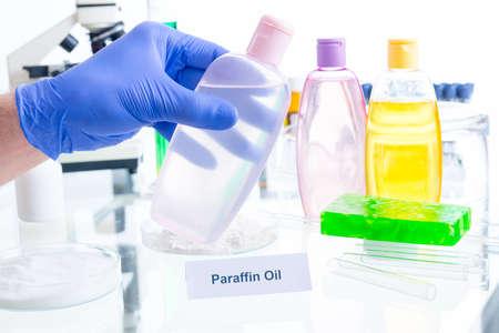 sustancias toxicas: El aceite de parafina. aditivos nocivos en los cosméticos. Laboratorio con sustancias químicas. Foto de archivo