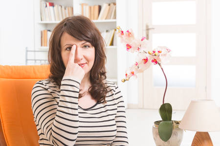 Vrouw doet EFT op het oog brow punt. Emotional Freedom Techniques, tappen, een vorm van begeleiding interventie die is gebaseerd op Vaus theorieën van de alternatieve geneeskunde.