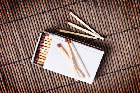 matches: Caja de cerillas de madera