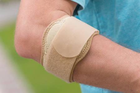 codo: El hombre que llevaba soporte para el codo para reducir el dolor