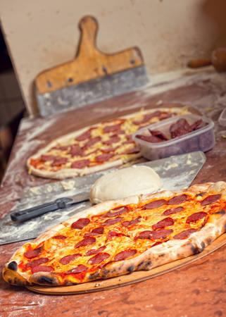 italienisches essen: Frische original italienische roh und bereit, Pizza zu essen, Teig, Vorbereitung im traditionellen Stil. Lizenzfreie Bilder