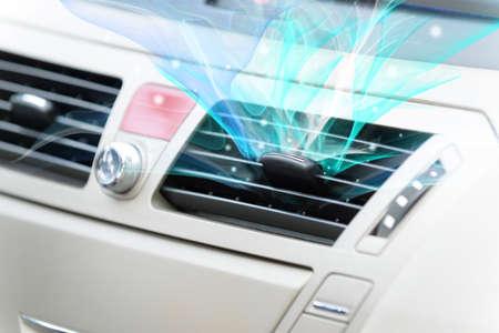 Concetto di aria fresca uscente dal sistema di ventilazione dell'automobile Archivio Fotografico