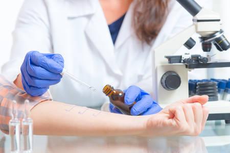 Arzt Allergietests im Labor zu tun