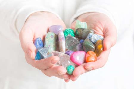 複数の半貴重な宝石の手の中 写真素材
