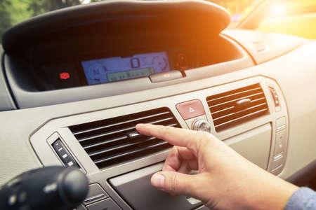 空気換気グリル、緊急のフラッシャー スイッチおよび現代の車の内部の光をチューニング ドライバー手