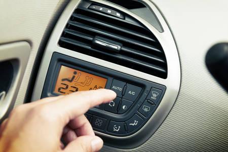 운전자가 AC 에어컨 시스템을 사용하고 버튼 자동차 화면 인터페이스를 누름