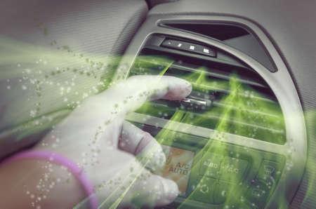 空気換気グリル、汚れた空気が出てくるチューニング ドライバー手 写真素材