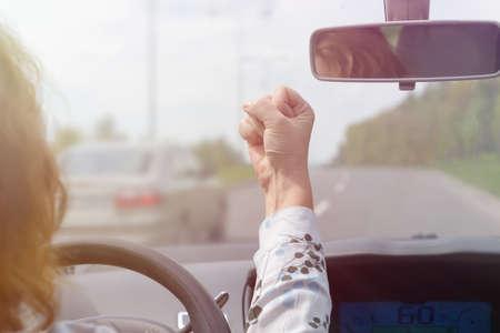 怒っている女性は車を運転しながら叫び、ジェスチャー。ネガティブな人間の感情概念 写真素材 - 102253346