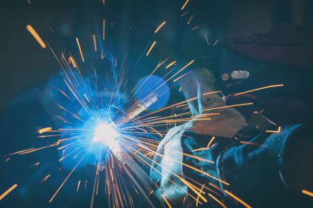 Industriearbeiter in der Fabrik oder Werkstatt beim Schweißen von Stahlelementen Standard-Bild