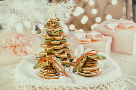 Traditional Christmas gingerbread cookies with Christmas tree and gift boxes Фото со стока