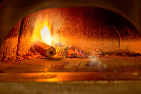 Traditional Italian pizza woodfired stone oven. Banque d'images - 138179267