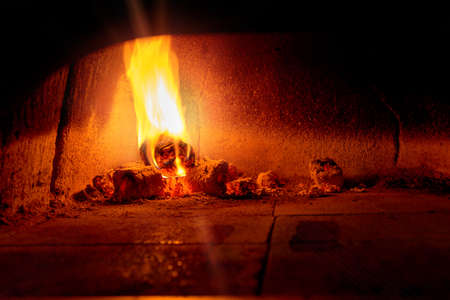 Traditional Italian pizza woodfired stone oven. Banque d'images - 138178271