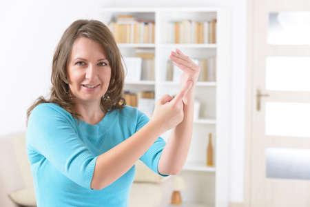 Donna che fa EFT sul punto di taglio del karate. Tecniche di libertà emotiva, tapping, una forma di intervento di consulenza che attinge a diverse teorie della medicina alternativa. Archivio Fotografico