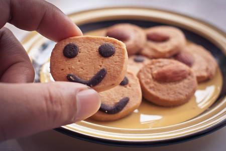 Ronde koekjes met lachende gezichten Stockfoto - 27798473
