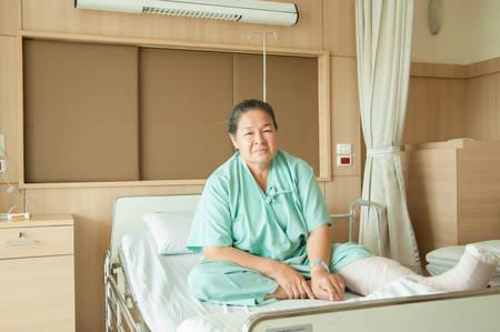 jambe cass�e: femme �g�e � la jambe cass�e � l'h�pital