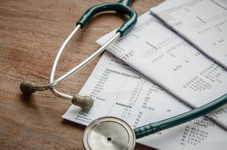 聴診器および実験室の結果は、医療保険の概念。 写真素材