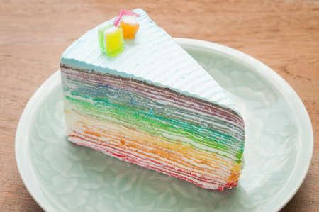 rebanada de pastel: Rainbow tarta crespón en la placa. (Enfoque)