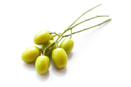白い背景の上のニームの薬効があるフルーツ