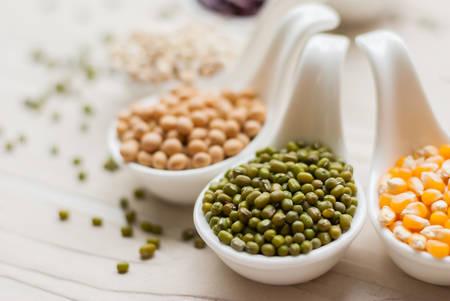 comida sana: Diferentes tipos de guisantes semillas de frijol de lentejas en plato sobre la mesa de la comida macrobiótica madera o alimentos saludables