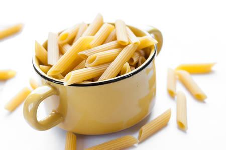 pastas: Pasta italiana. Pasta seca sobre tabla de madera blanca