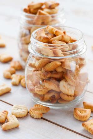 galletas integrales: Galletas en baord madera Foto de archivo