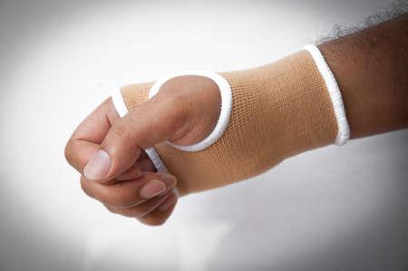 splint: Primer plano férula de mano para el tratamiento del hueso roto aislados sobre fondo blanco Foto de archivo