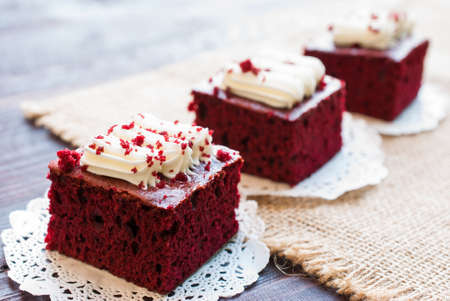 木の板に赤いベルベットのケーキ