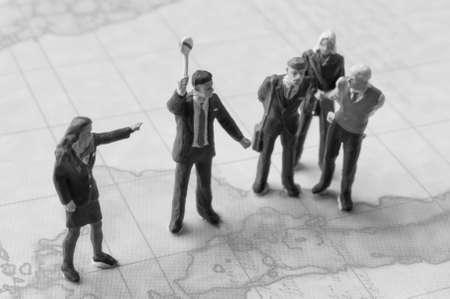 conflicto: Personas conflict.miniature negocios en discusiones Formal