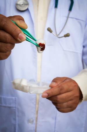 herida: Doctor con una herida vestidor estetoscopio