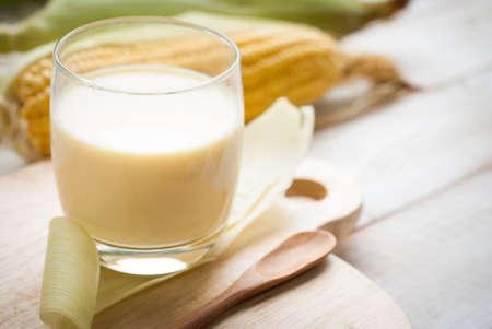 신선한 달콤한 옥수수 주스 (옥수수 우유) 스톡 콘텐츠