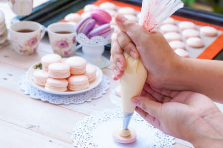 Making Macarons, stage during the making of French macaron Archivio Fotografico