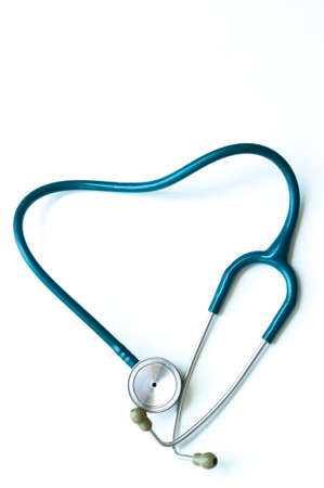 흰색 배경에 고립 심장 모양의 청진 기
