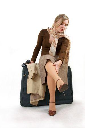 medias mujer: la mujer de la belleza con el bolso enorme est� localizando en la estaci�n, se separa en blanco Foto de archivo