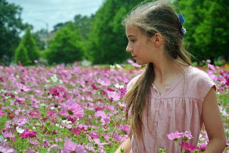 어린 소녀 따기 야생화
