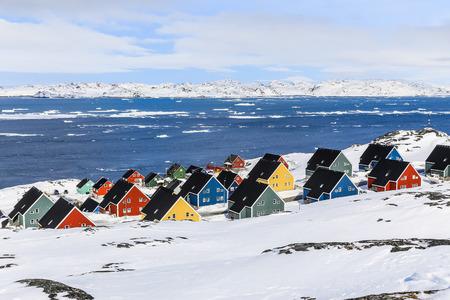 maisons inuit colorées dans une banlieue du capital arctique Nuuk