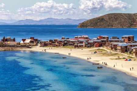 ブルーの水とチチカカ湖の海岸、船、人とインカ太陽の島, ボリビア, 南アメリカのボリビアの村を歩く 写真素材