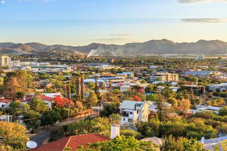 Windhoek rijke resedentiële gebiedskwarten op de heuvels met bergen op de achtergrond, Windhoek, Namibië