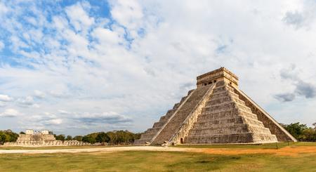 Templo de Kukulcán o el Castillo, el centro del sitio arqueológico de Chichén Itzá, Yucatán, México.