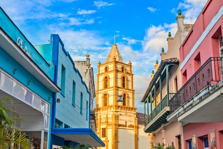 Nuestra Senora de la Soledad church and Spanish colonial colorful decorated houses with balconies, in the center of Camaguey, Cuba 報道画像